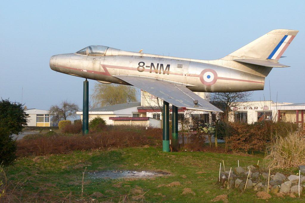 N'oublions pas le valeureux Mystère IV qui marque l'entrée de l'aérodrome sur la D1001 ex Nationale 1